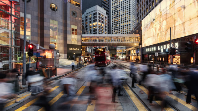 vidéos et rushes de tl/zo/pu time lapse of hong kong's financial district, with business people and commuters crossing road at rush hour - central district de hong kong