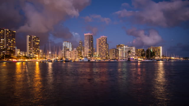 stockvideo's en b-roll-footage met 4k - time-lapse van honolulu centrum met water front nachts - oahu