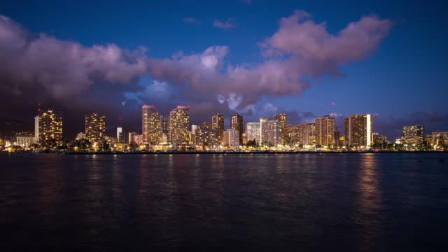 vídeos de stock e filmes b-roll de time lapse of honolulu skyline at twilight - aloha
