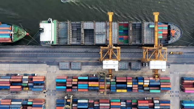 vídeos de stock e filmes b-roll de time lapse of industrial logistic port view from drone point of view - cais estrutura feita pelo homem