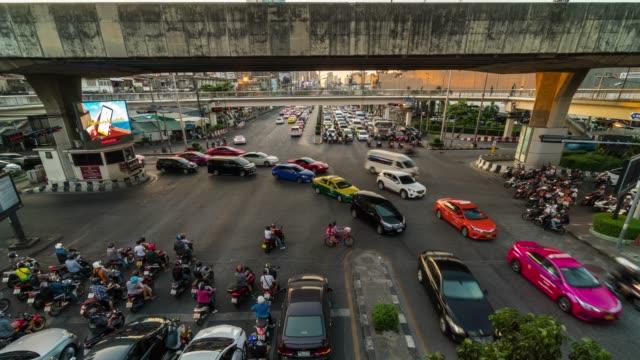 stockvideo's en b-roll-footage met 4k time-lapse snijpunt met verkeersopstopping rush hour na werknemer werkte op moment van de avond, vervoer met stadsgezicht concept met zoomen techniek - stopbord
