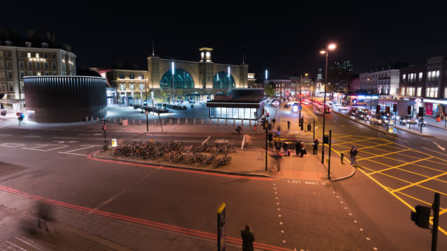 stockvideo's en b-roll-footage met london - time lapse of king's cross station with people and busy traffic - station london king's cross