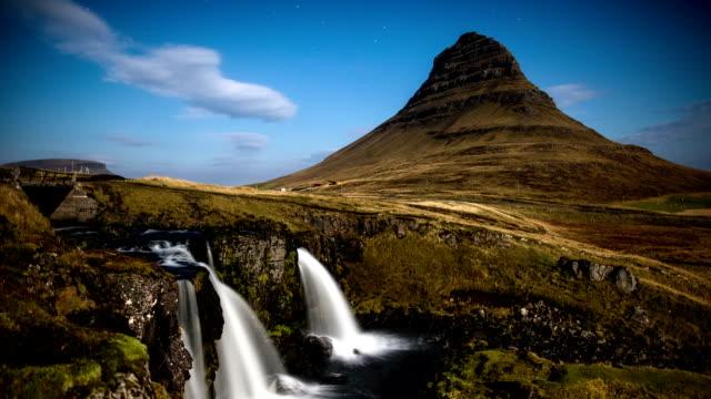 zeitraffer von kirkjufell berg bei nacht island - snäfellsnes stock-videos und b-roll-filmmaterial