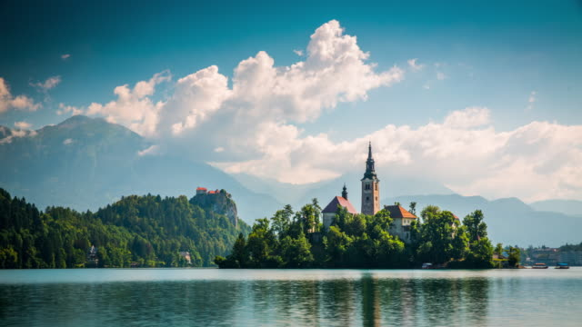 vídeos de stock e filmes b-roll de time lapse of lake bled in slovenia - eslovénia