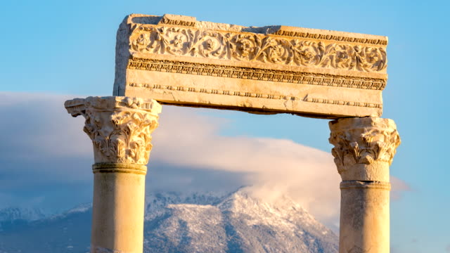 vídeos de stock e filmes b-roll de time lapse of laodicea antique city on the lycus in pamukkale region - column
