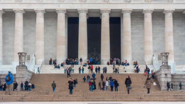 vidéos et rushes de 4k time lapse of lincoln memorial situé sur le national mall avec des gens et des touristes à washington, d.c., etats-unis, architecture et attraction concept - washington monument washington dc