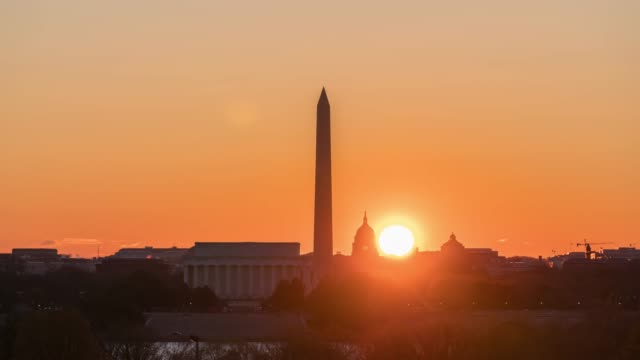 vídeos de stock e filmes b-roll de 4k time lapse of lincoln memorial, washington monument and united states capitol building at sunrise time from netherlands carillon, washington, d.c., usa - capitol hill