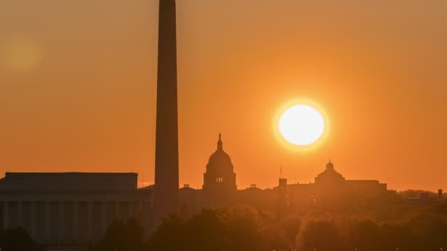 4k zeitraffer des lincoln memorial, washington monument und united states capitol building bei sonnenaufgang aus netherlands carillon, washington, d.c., usa - lincolndenkmal stock-videos und b-roll-filmmaterial