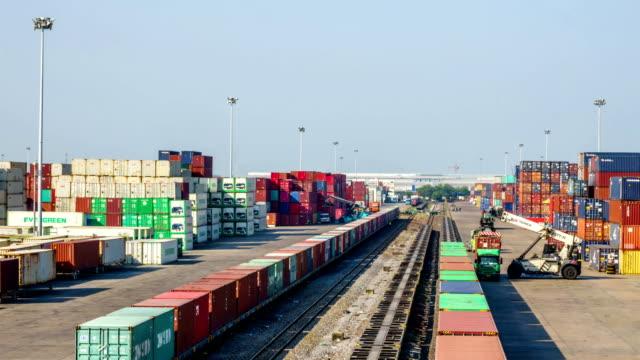Time-lapse van logistieke operatie in spoorweg container tuin.