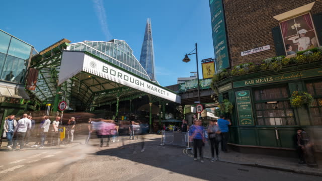 vidéos et rushes de london: time lapse of london borough market on a sunny day - élevé