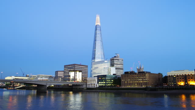 ws time lapse of london bridge and the shard transition from dusk to night - london bridge inghilterra video stock e b–roll