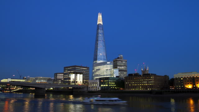 zo ws time lapse of london bridge and the shard transition from dusk to night - london bridge england stock videos & royalty-free footage