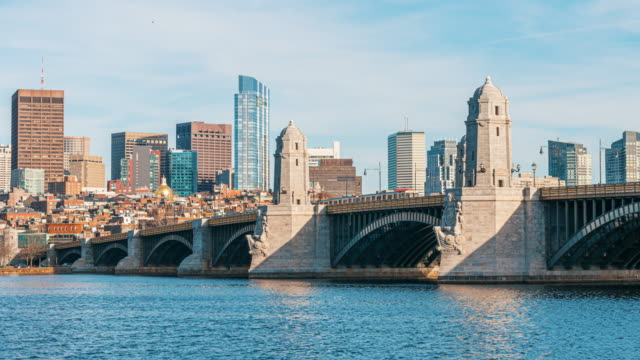 4k zeitraffer der longfellow bridge und des charles river in massachusetts, boston, usa - back bay stock-videos und b-roll-filmmaterial
