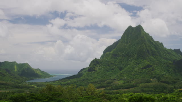 vídeos de stock, filmes e b-roll de time lapse of lush green mountain landscape near bay / moorea, french polynesia - polinésia francesa
