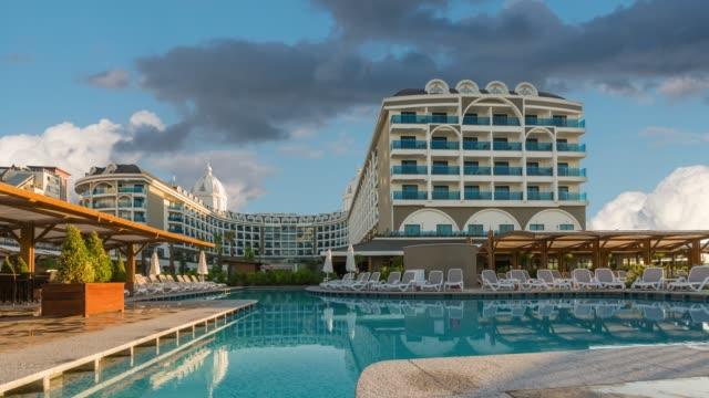 vidéos et rushes de laps de temps d'hôtel resort de luxe - turquie