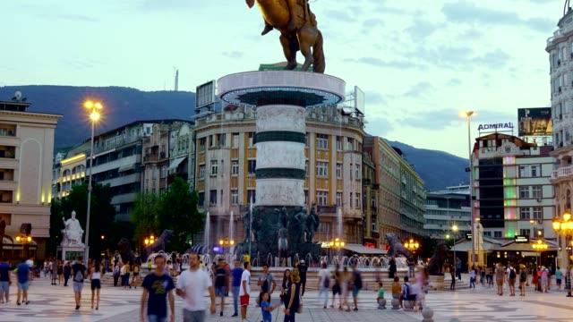 vídeos de stock, filmes e b-roll de lapso de tempo do quadrado de macedonia em skopje-macedonia - república da macedônia