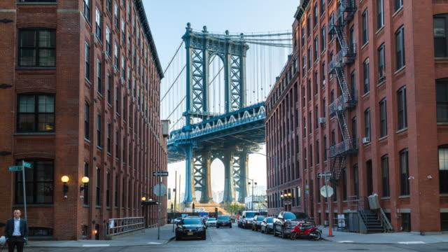 time lapse of manhattan bridge and brooklyn brownstone buildings - マンハッタン点の映像素材/bロール