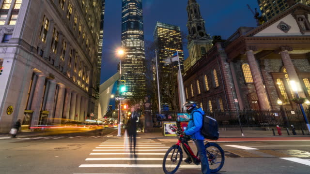 stockvideo's en b-roll-footage met 4k time lapse van manhattan new york stadsgezicht met st. paul's chapel van trinity church op de twilight time, manhattan, new york city, usa, architectuur en oriëntatiepunt met transport concept - wall street lower manhattan