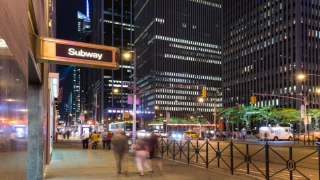 vídeos de stock, filmes e b-roll de time lapse of manhattan subway entrance at night - passagem subterrânea via pública