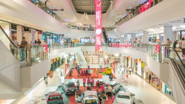 zeitraffer von vielen personen in shopping mall - messen stock-videos und b-roll-filmmaterial