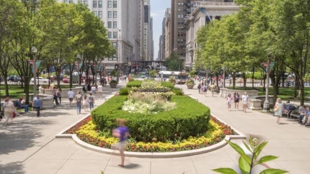 vídeos y material grabado en eventos de stock de time lapse of michigan avenue from millennium park, chicago, illinois, united states of america, north america - el milenio
