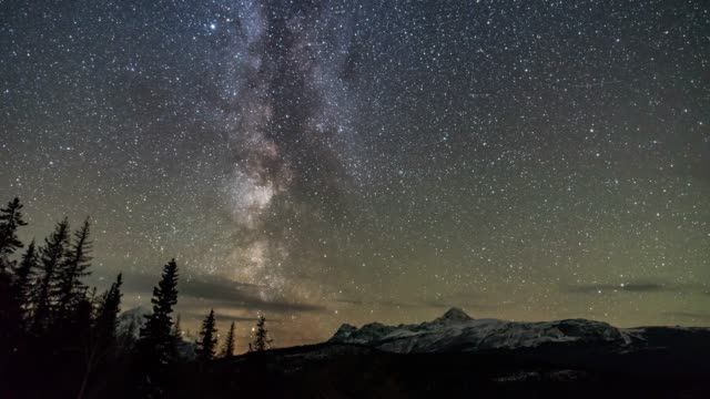 stockvideo's en b-roll-footage met time lapse van milky way en snow mountain jasper nationaal park canada - jasper national park