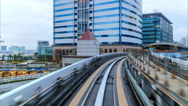 zeitraffer der einschienenbahn transporte von tokio nach odaiba - einschienenbahn stock-videos und b-roll-filmmaterial