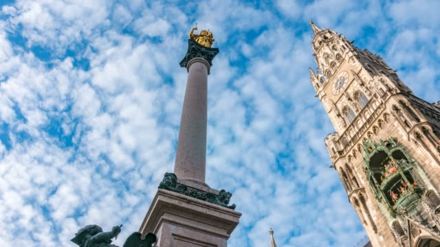 vidéos et rushes de time lapse of monument and new city hall (rathaus) in marienplatz, munich, bavaria, germany, europe - rathaus