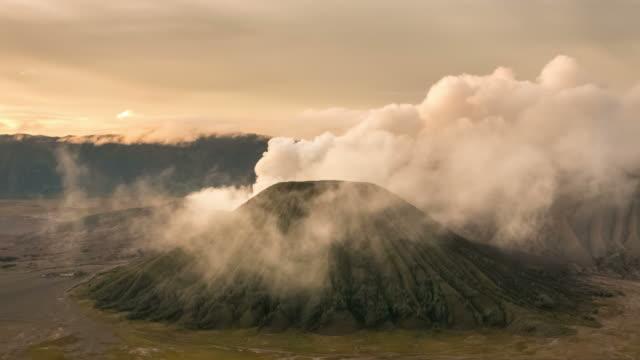 vidéos et rushes de laps de temps de mont bromo volcan au lever du soleil à l'est de java, en indonésie. - volcan
