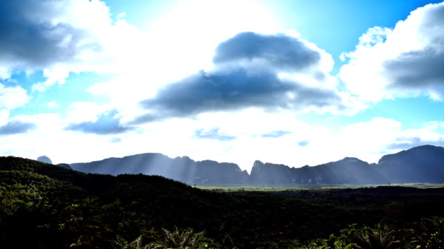 Time-Lapse de la montagne et Fonds de nuage