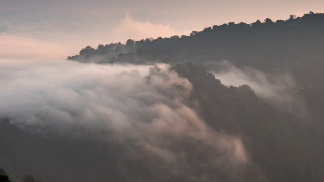 stockvideo's en b-roll-footage met time lapse van berg en bewegende mist en wolk, zonsopgangtijd - boven