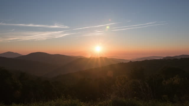 stockvideo's en b-roll-footage met time lapse of mountain sunrise and clouds - zonsopgang