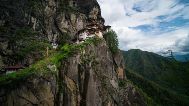 vídeos y material grabado en eventos de stock de lapso de tiempo de traslado nube en templo nido del tigre, bután - peregrino