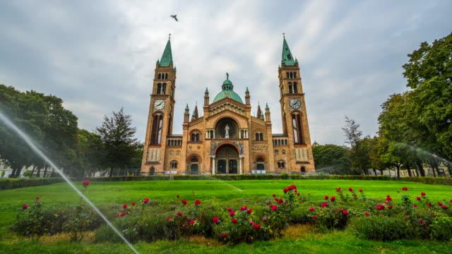 パドヴァ教会のセントアンソニーの移動雲の時間経過または - カールスプラッツ点の映像素材/bロール