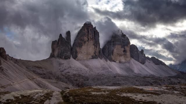 Time Lapse Di nuvole in movimento su Tre Cime Di Lavarello, Dolomiti