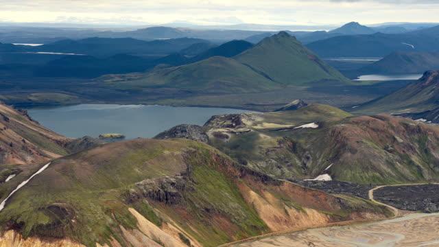 vídeos de stock, filmes e b-roll de lapso de tempo de nuvens se movendo sobre landmannalaugar, islândia - islândia central
