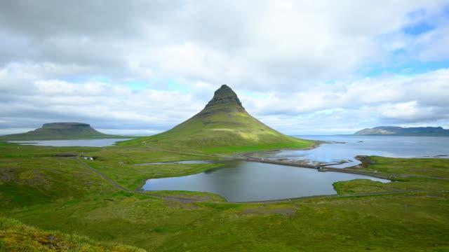 zeitraffer des bewegten wolken über die kirkjufell berg, island - snäfellsnes stock-videos und b-roll-filmmaterial