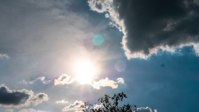 vídeos de stock, filmes e b-roll de lapso de tempo de nuvens moventes - passar a frente