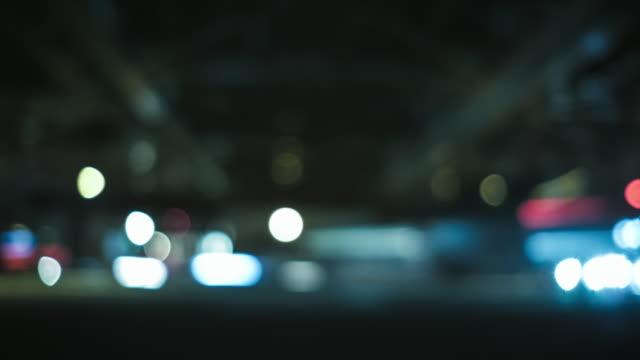 4k zeitraffer zügeltermine defocus stadt licht - unterwegs stock-videos und b-roll-filmmaterial