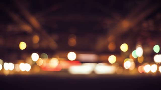 ピンぼけ光街の移動の 4 k 時間の経過 - 焦点点の映像素材/bロール