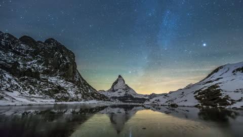 vídeos y material grabado en eventos de stock de lapso de tiempo de la noche del movimiento estrellas de la montaña matterhorn - campo de estrellas