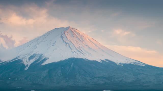 stockvideo's en b-roll-footage met tijd lapse van mt.fuji fujisan zonsondergang tijd in kawaguchiko lake, yamanashi, japan - bovenste deel