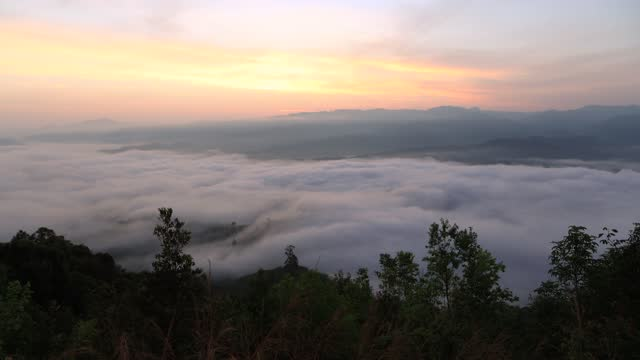 vídeos y material grabado en eventos de stock de 4k lapso de tiempo natural, hermosos flujos brumosos en las altas montañas con hermoso cielo dramático. - televisión de ultra alta definición