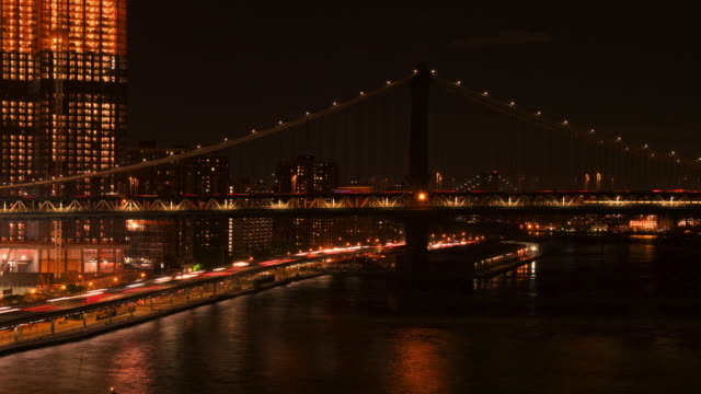 vídeos de stock, filmes e b-roll de time lapse of new york city skyline and manhattan bridge at night - manhattan bridge