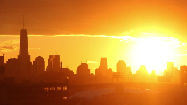 time lapse of new york city skyline at sunset - giallo video stock e b–roll