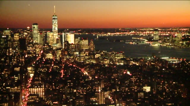 time lapse of new york city skyline during sunset. - ambientazione formato raw video stock e b–roll