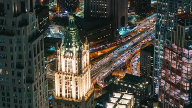 様々な建物の超高層ビルと夜の時間でラッシュアワーの交通道路の交差点とニューヨークの街並みの4k 時間経過、アメリカ合衆国 - traffic time lapse点の映像素材/bロール