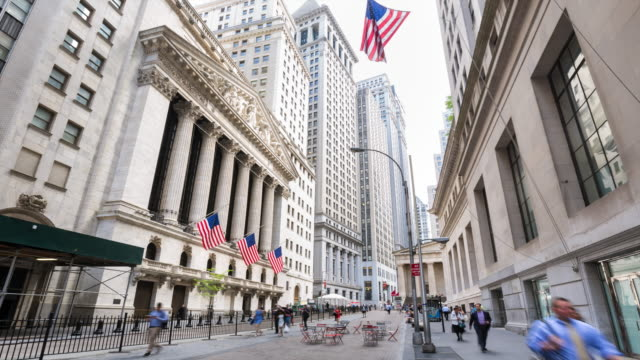 vídeos de stock, filmes e b-roll de time lapse of new york stock exchange and pedestrians - wall street