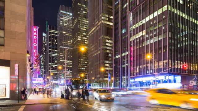 time lapse of new york traffic at night, zoom out - ラジオシティ・ミュージックホール点の映像素材/bロール