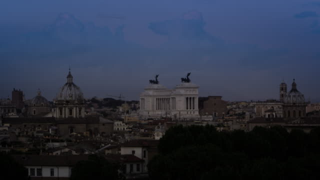 time lapse of night falling on the victor emmanuel ii monument - altare della patria stock videos and b-roll footage